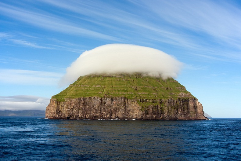 https: img-z.okeinfo.net content 2018 01 30 406 1852111 aneh-pulau-tak-berpenghuni-ini-selalu-diselimuti-awan-tebal-YkbhXgnlAw.jpg