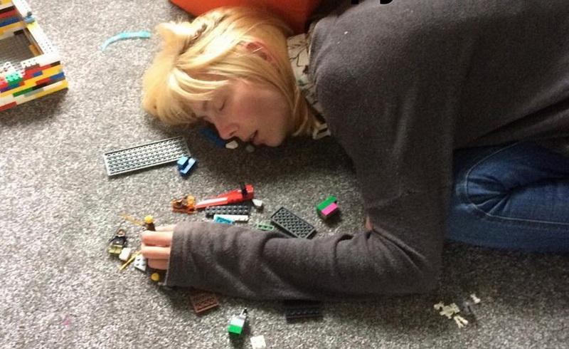 https: img-z.okeinfo.net content 2018 02 02 196 1853661 saking-lelahnya-ibu-ini-sampai-tertidur-di-atas-mainan-anaknya-wGYgSyNXzd.jpg