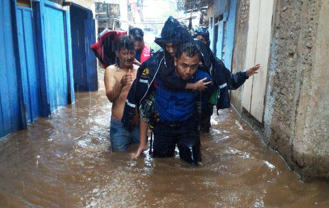 https: img-z.okeinfo.net content 2018 02 05 338 1854912 banjir-setinggi-80-cm-petugas-evakuasi-warga-di-pasar-minggu-0mCieXgX62.jpg