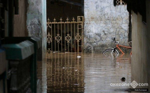 https: img-z.okeinfo.net content 2018 02 07 338 1855856 tujuh-permukiman-di-bekasi-banjir-puluhan-warga-diungsikan-zM9yvEehWN.jpg