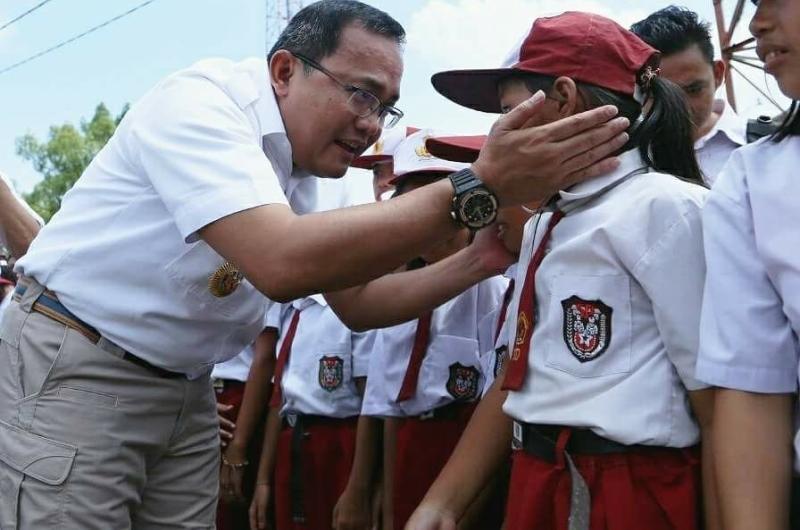 https: img-z.okeinfo.net content 2018 02 07 340 1856079 bupati-musi-banyuasin-dodi-reza-gratiskan-seragam-sekolah-dan-buku-bagi-siswa-baru-ferEwZ7HFm.jpg