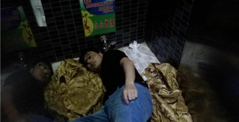 https: img-z.okeinfo.net content 2018 02 11 18 1858000 pungut-ponselnya-lengan-pria-di-china-tersangkut-lubang-toilet-md7EEdZtSS.jpeg