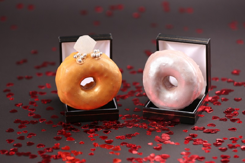https: img-z.okeinfo.net content 2018 02 12 298 1858420 sambut-valentine-toko-ini-hadirkan-donat-berbentuk-cincin-QEPjxhyMNj.jpg
