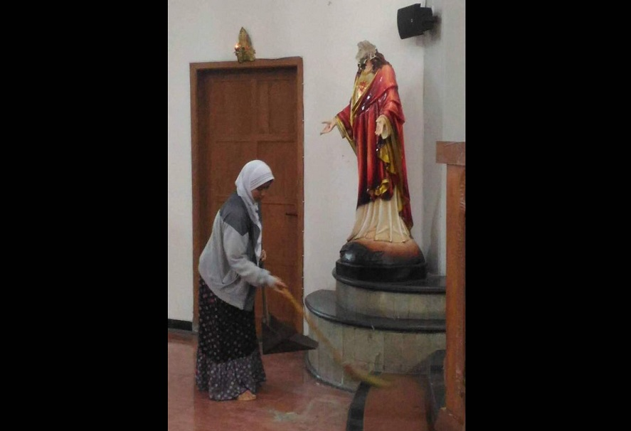 https: img-z.okeinfo.net content 2018 02 12 510 1858288 perempuan-berhijab-bersihkan-gereja-santa-lidwina-pasca-penyerangan-iSxkbabqx2.jpg