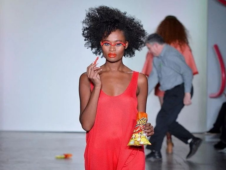 https: img-z.okeinfo.net content 2018 02 13 298 1859026 kudapan-ringan-cheetos-hiasi-panggung-runway-new-york-fashion-week-vRfL7HUeEW.jpg