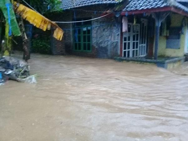 https: img-z.okeinfo.net content 2018 02 15 512 1860368 hujan-seharian-banjir-kepung-kota-semarang-UUd1IpGXDH.jpg