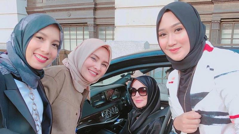 https: img-z.okeinfo.net content 2018 02 19 33 1861796 cantiknya-lindsay-lohan-gunakan-hijab-bersama-desainer-indonesia-gRIHnQRvwD.jpg