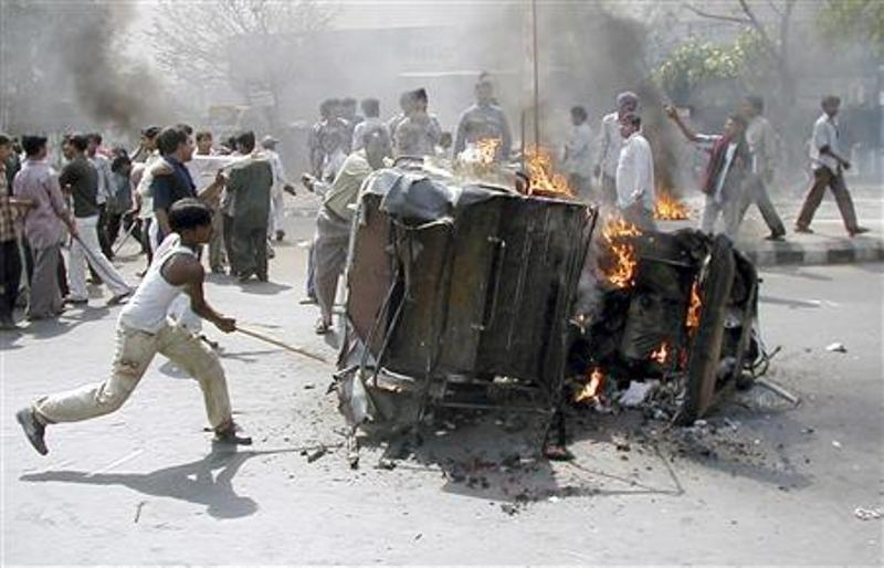 https: img-z.okeinfo.net content 2018 02 26 18 1865108 kebakaran-kereta-peziarah-hindu-picu-kerusuhan-antaragama-di-india-0C9ZeYo80P.jpg