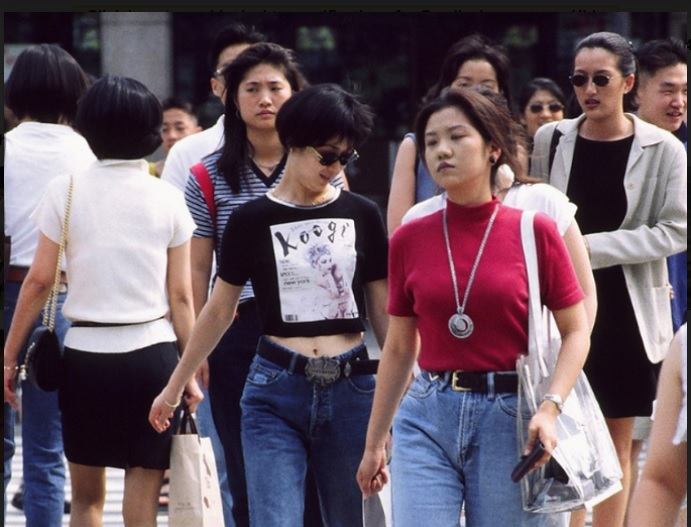 https: img-z.okeinfo.net content 2018 02 28 194 1866019 t-shirt-crop-top-hingga-lingerie-look-sederet-gaya-fashion-korea-di-era-90-an-eZNrwYqUEf.jpg