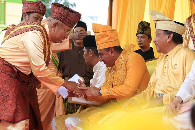 https: img-z.okeinfo.net content 2018 03 09 340 1870553 tiga-sultan-melayu-doakan-edy-rahmayadi-jadi-gubernur-sumut-r3uS5Ejto4.jpg