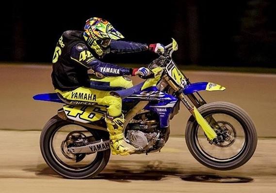https: img-z.okeinfo.net content 2018 03 11 38 1871053 rossi-kembali-jajal-lintasan-motocross-jelang-seri-perdana-motogp-2018-2wUVMpD4FZ.jpg