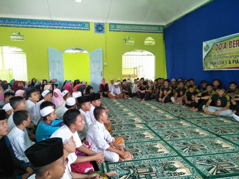 https: img-z.okeinfo.net content 2018 03 12 49 1871600 sriwijaya-fc-gelar-doa-bersama-jelang-tampil-di-liga-1-2018-4sdlFCl8nG.jpg
