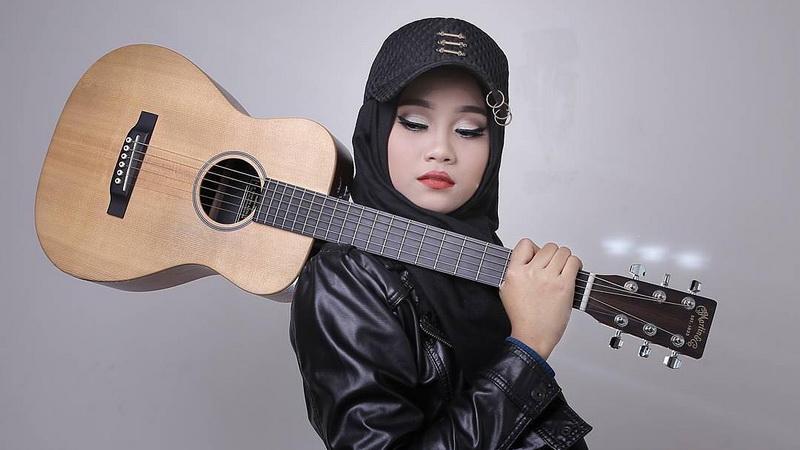 https: img-z.okeinfo.net content 2018 03 13 598 1872154 mahir-main-piano-hingga-ukulele-bukti-ayu-putri-jadi-finalis-serbabisa-di-indonesian-idol-A9YTyFb5qe.jpg