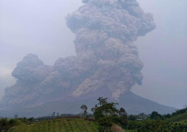 https://img-z.okeinfo.net/content/2018/04/06/340/1883286/gunung-sinabung-kembali-meletus-abu-vulkanis-terlontar-sejauh-5-km-501iWdDwr0.jpeg
