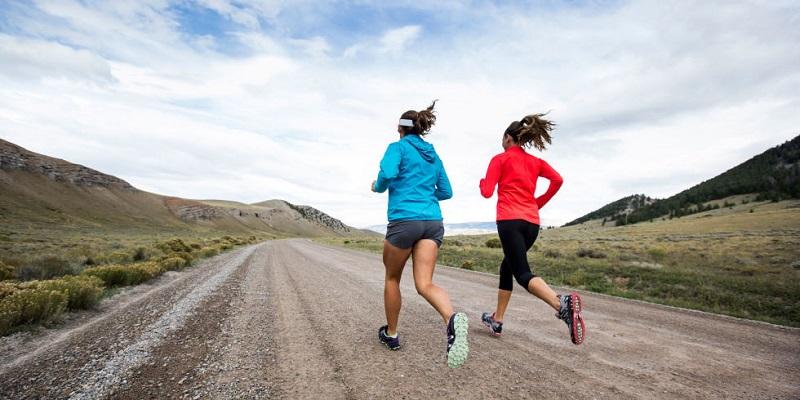 https: img-z.okeinfo.net content 2018 04 06 481 1883084 tips-memilih-atribut-untuk-olahraga-lari-biar-tidak-cedera-LkJ27vmzpv.jpg