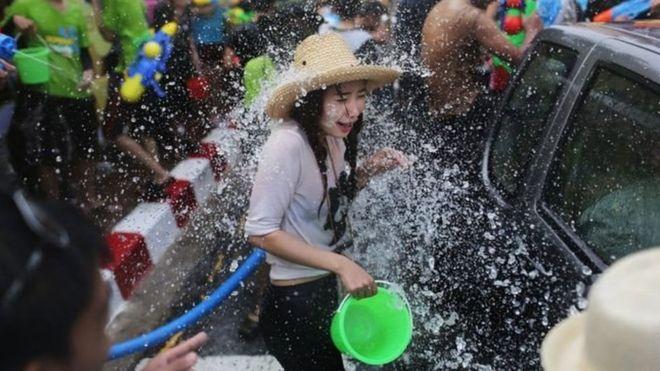https: img-z.okeinfo.net content 2018 04 16 194 1887215 perempuan-thailand-tolak-anjuran-berpakaian-sopan-saat-festival-air-guThnStPPE.jpg