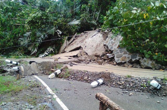 https: img-z.okeinfo.net content 2018 04 16 340 1887501 tertutup-longsor-akses-jalan-lintas-barat-gorontalo-utara-putus-C7liIcjZhB.jpeg