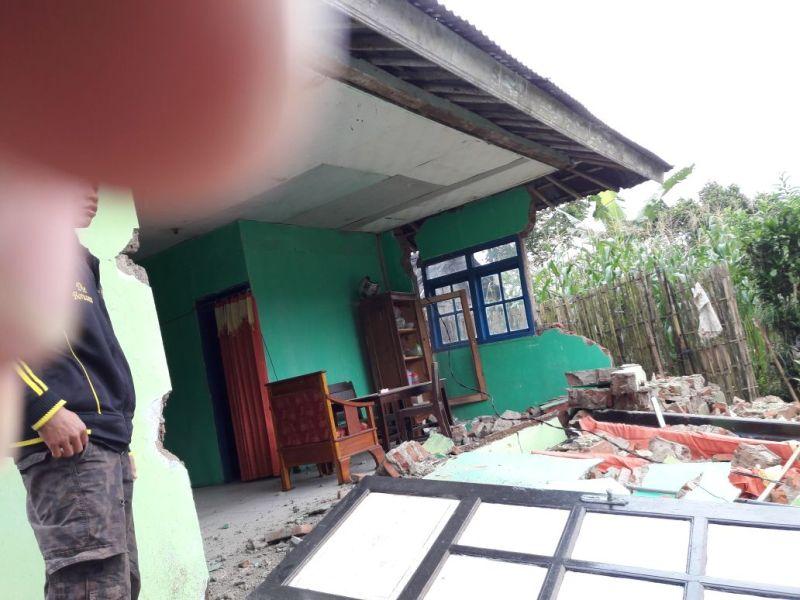 https: img-z.okeinfo.net content 2018 04 18 512 1888286 banjarnegara-diguncang-gempa-berkekuatan-4-4-sr-ratusan-bangunan-rusak-NKSu8h3qox.jpg