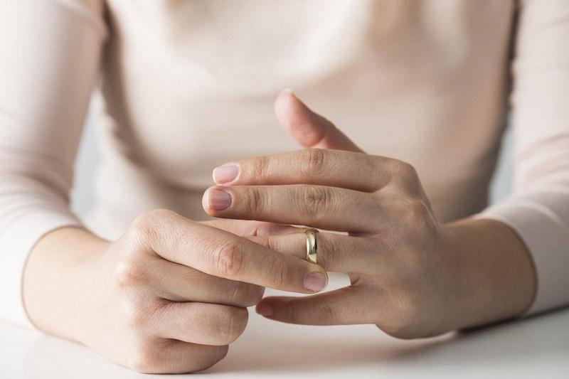 https: img-z.okeinfo.net content 2018 05 05 196 1894882 1-dari-3-perempuan-melepaskan-cincin-saat-hendak-wawancara-kerja-YeccRuBzge.jpg