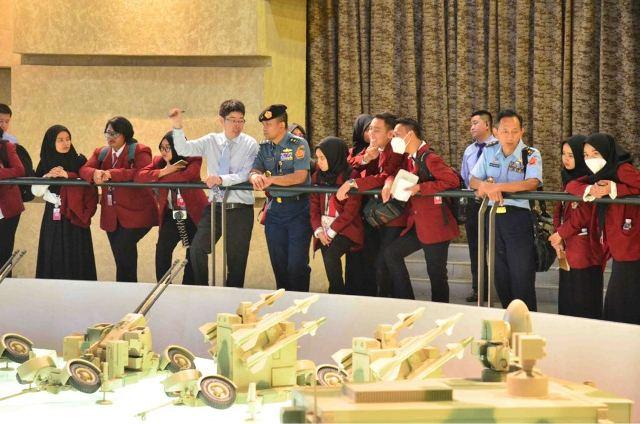 https: img-z.okeinfo.net content 2018 05 07 65 1895600 mahasiswa-unhan-kunjungi-industri-pertahanan-china-t8sbsBDRCF.jpeg