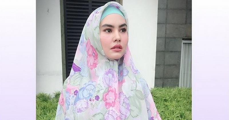 https: img-z.okeinfo.net content 2018 05 09 33 1896170 siap-jalani-ramadan-di-makkah-kartika-putri-percayakan-anak-ke-ibunda-cXZZDU7r5M.jpg