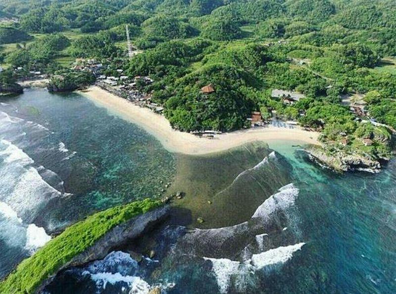 https: img-z.okeinfo.net content 2018 05 09 406 1896155 indahnya-matahari-terbenam-dan-air-mendidih-di-tengah-pantai-ngandong-gunungkidul-sWkmqh6QMh.jpg