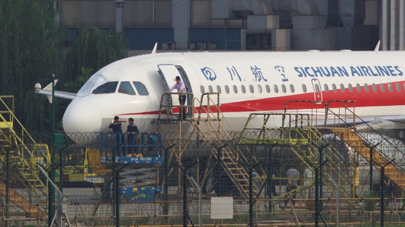 https: img-z.okeinfo.net content 2018 05 15 18 1898540 pesawat-sichuan-airlines-mendarat-darurat-setelah-kaca-depannya-meledak-di-ketinggian-9-700-meter-T38gi5HMF8.jpg
