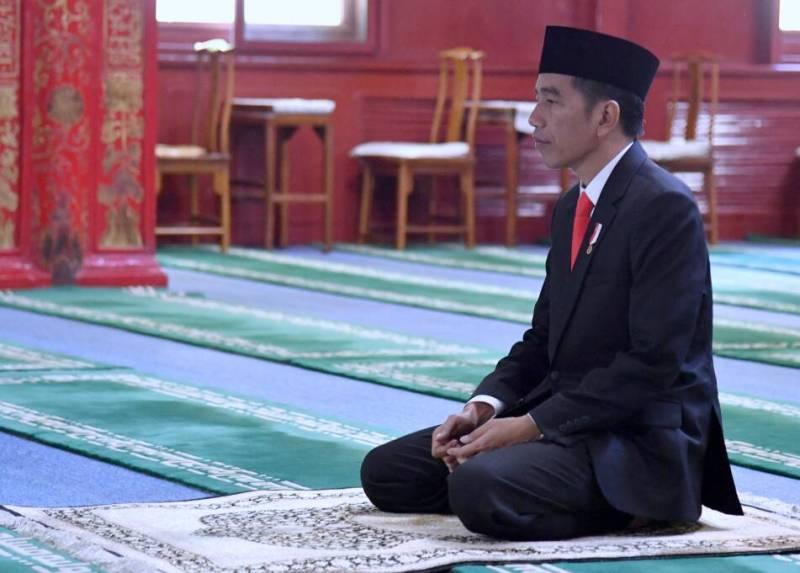 https: img-z.okeinfo.net content 2018 05 16 337 1899137 presiden-jokowi-salat-tarawih-pertama-di-masjid-istiqlal-g39HEpXC3z.jpg