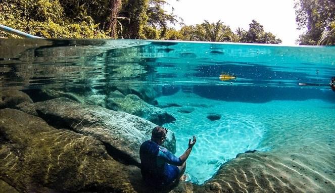 https: img-z.okeinfo.net content 2018 05 16 406 1899025 umbul-manigom-kolam-biru-surga-di-kabupaten-simalungun-MajLgM9FQJ.jpg
