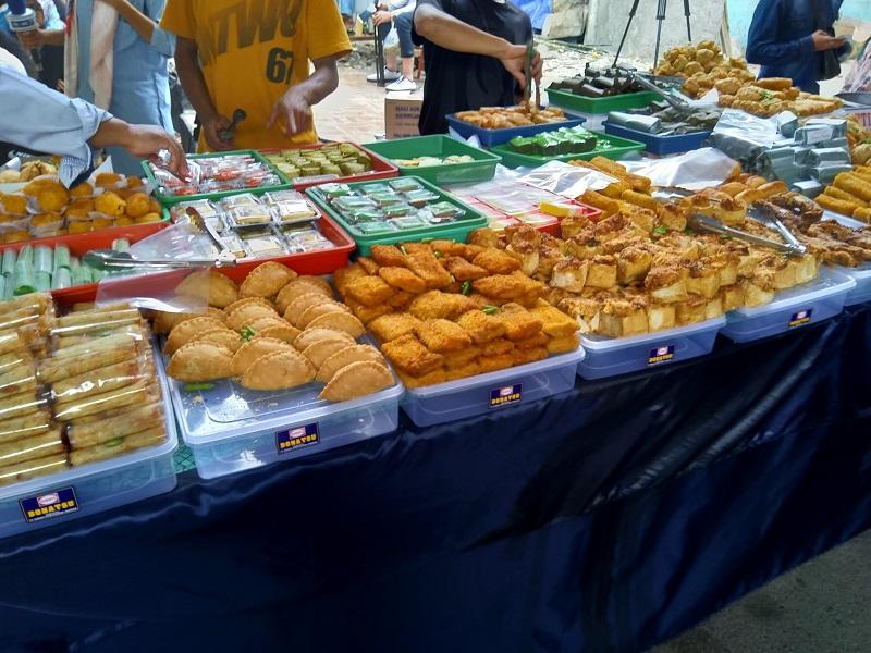 https: img-z.okeinfo.net content 2018 05 17 298 1899512 berburu-takjil-di-pasar-benhil-yang-legendaris-harga-makanannya-ramah-kantong-wLfCACxyyw.jpg