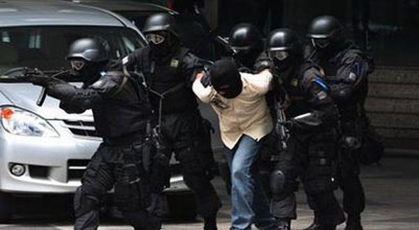https: img-z.okeinfo.net content 2018 05 17 337 1899587 densus-tangkap-8-terduga-teroris-penyerangan-polda-riau-Q8IdHhUa4v.jpg