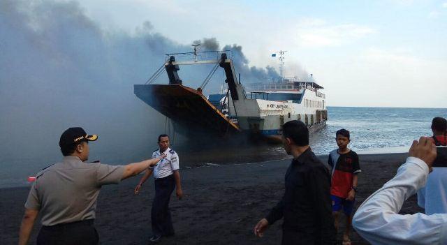 https: img-z.okeinfo.net content 2018 05 17 340 1899522 kapal-berpenumpang-terbakar-di-selat-bali-D7PtT1hR5O.jpg