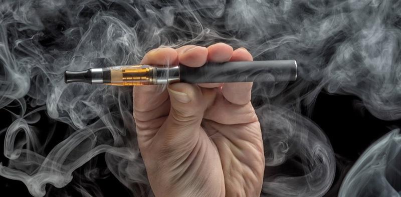 https: img-z.okeinfo.net content 2018 05 17 481 1899411 disebut-penuh-racun-ini-dampak-buruk-dari-aroma-rasa-rokok-elektrik-ydm4DDszPQ.jpg