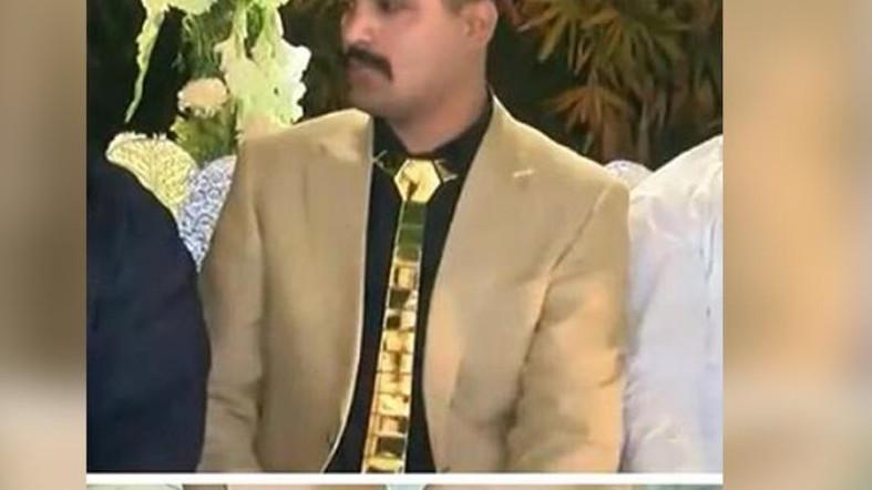 https: img-z.okeinfo.net content 2018 05 18 194 1899730 habiskan-rp300-juta-pria-pakistan-ini-berbalut-emas-demi-pernikahan-yang-meriah-qL2an1Ah9H.jpg