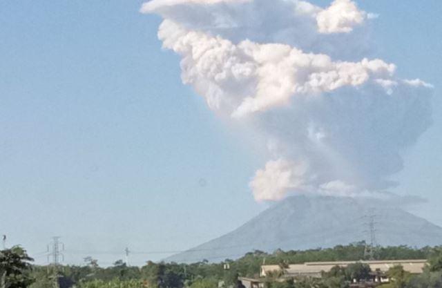 https: img-z.okeinfo.net content 2018 05 21 510 1900600 gunung-merapi-keluarkan-letusan-freatik-setinggi-700-meter-UJM0SJtBQ5.jpg