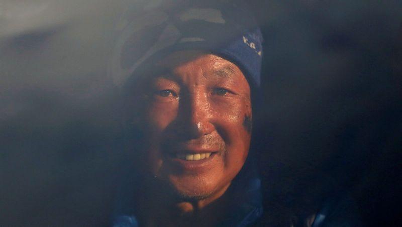 https: img-z.okeinfo.net content 2018 05 23 196 1901679 kakek-69-tahun-ini-berhasil-taklukan-puncak-everest-tanpa-kedua-kakinya-TCcwLDXcfI.jpg
