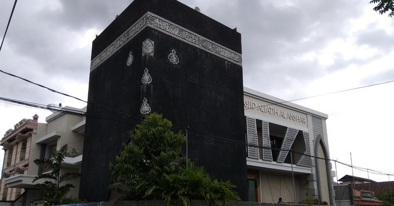 https: img-z.okeinfo.net content 2018 05 24 406 1902364 masjid-dengan-tiruan-kakbah-di-makassar-ibadah-serasa-di-mekah-LrMDa6Xr0G.jpg
