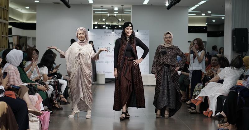 https: img-z.okeinfo.net content 2018 05 26 194 1903049 tren-baju-lebaran-2018-desainer-ini-angkat-kaftan-bermotif-batik-usLIzCp1sz.jpg