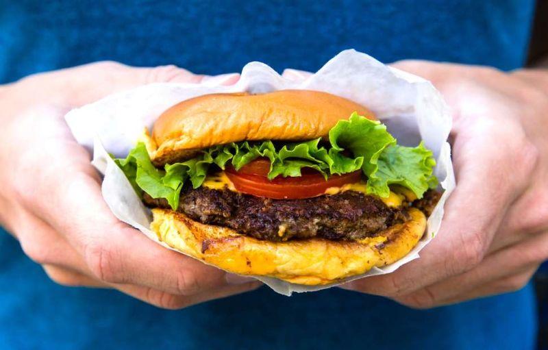 https: img-z.okeinfo.net content 2018 05 28 298 1903704 tak-sengaja-pria-ini-temukan-potongan-kuku-di-dalam-burger-B0cTFX0XDf.jpg