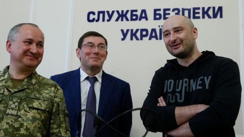https: img-z.okeinfo.net content 2018 05 31 18 1904806 jurnalis-rusia-arkady-babchenko-gelar-konferensi-pers-24-jam-setelah-dibunuh-di-ukraina-QwkmTO09BQ.jpg