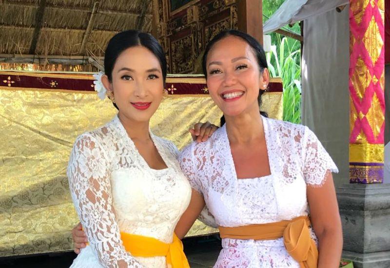 https: img-z.okeinfo.net content 2018 05 31 194 1904900 cantiknya-happy-salma-berbalut-baju-adat-bali-PMC9IwKgVo.jpg