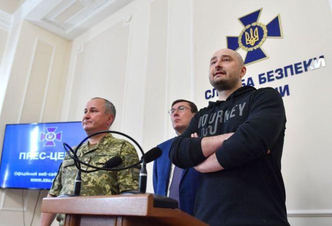 https: img-z.okeinfo.net content 2018 06 01 18 1905393 sandiwara-pembunuhan-wartawan-rusia-ukraina-dikecam-karena-informasi-palsu-uTnGOJyXUM.jpg
