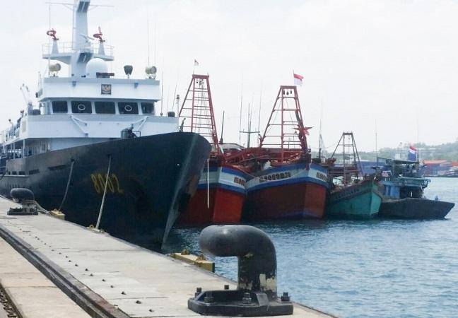 https: img-z.okeinfo.net content 2018 06 04 337 1906564 hingga-mei-2018-13-kapal-asing-pencuri-ikan-ditangkap-polisi-WUpJxcd1IY.jpg