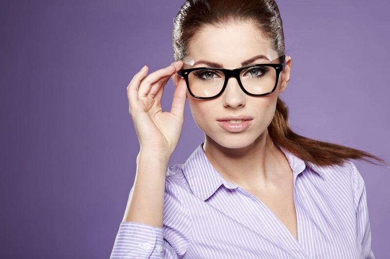 https: img-z.okeinfo.net content 2018 06 04 481 1906256 selain-dianggap-cerdas-ini-5-mitos-dan-fakta-orang-berkacamata-e806T4MxgF.jpg