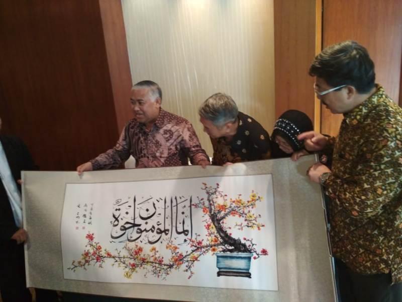 https: img-z.okeinfo.net content 2018 06 05 337 1906689 alquran-sulaman-raksasa-dari-pengusaha-tionghoa-untuk-indonesia-hB09Msauxp.jpeg