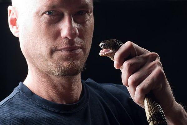 https: img-z.okeinfo.net content 2018 06 11 481 1909084 nekat-pria-ini-rela-digigit-ratusan-ular-berbisa-untuk-ciptakan-vaksin-sdwHKxZSo4.jpg