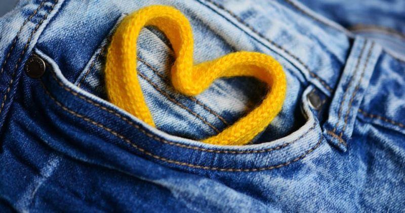 https: img-z.okeinfo.net content 2018 06 13 196 1910134 kesal-warna-jeans-cepat-pudar-dan-kusam-cara-nyuci-kamu-salah-tuh-EtPFXdBl89.jpg