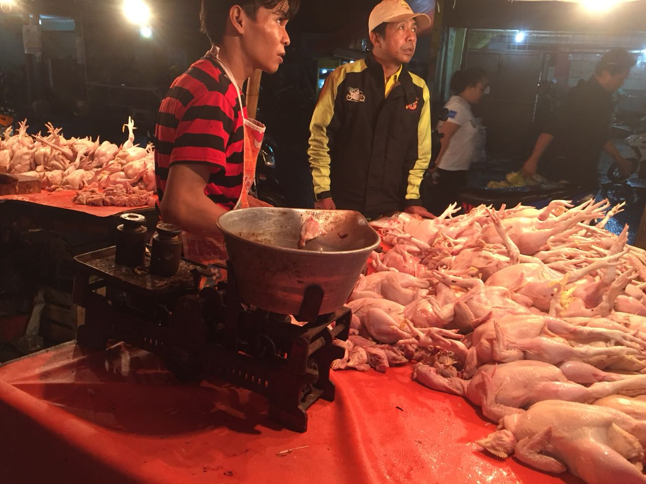 https: img-z.okeinfo.net content 2018 06 14 320 1910371 besok-lebaran-harga-daging-ayam-meroket-jadi-rp50-000-kg-uY4zFOKuhR.jpg