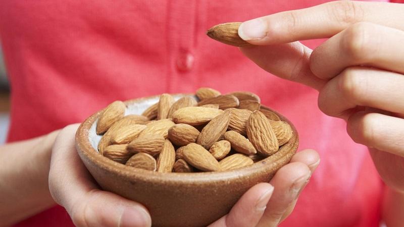 https: img-z.okeinfo.net content 2018 06 16 481 1910836 doyan-makan-almond-selamat-anda-pasti-dijauhi-penyakit-jantung-koroner-aHDYfjTXOH.jpg
