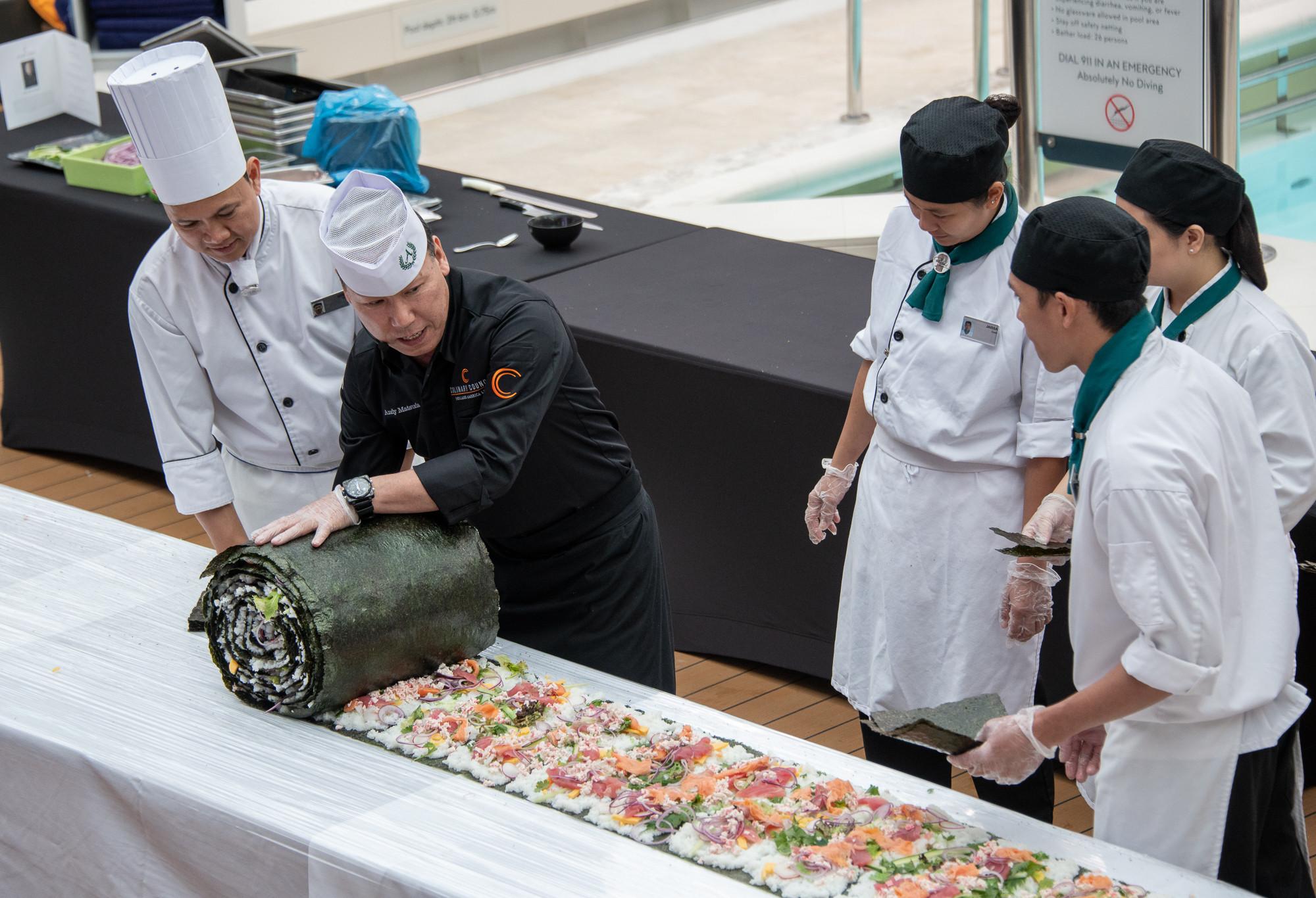https: img-z.okeinfo.net content 2018 06 20 298 1912015 seperti-inilah-penampakan-sushi-roll-terbesar-di-dunia-berani-coba-nhAEcAUVx7.jpg